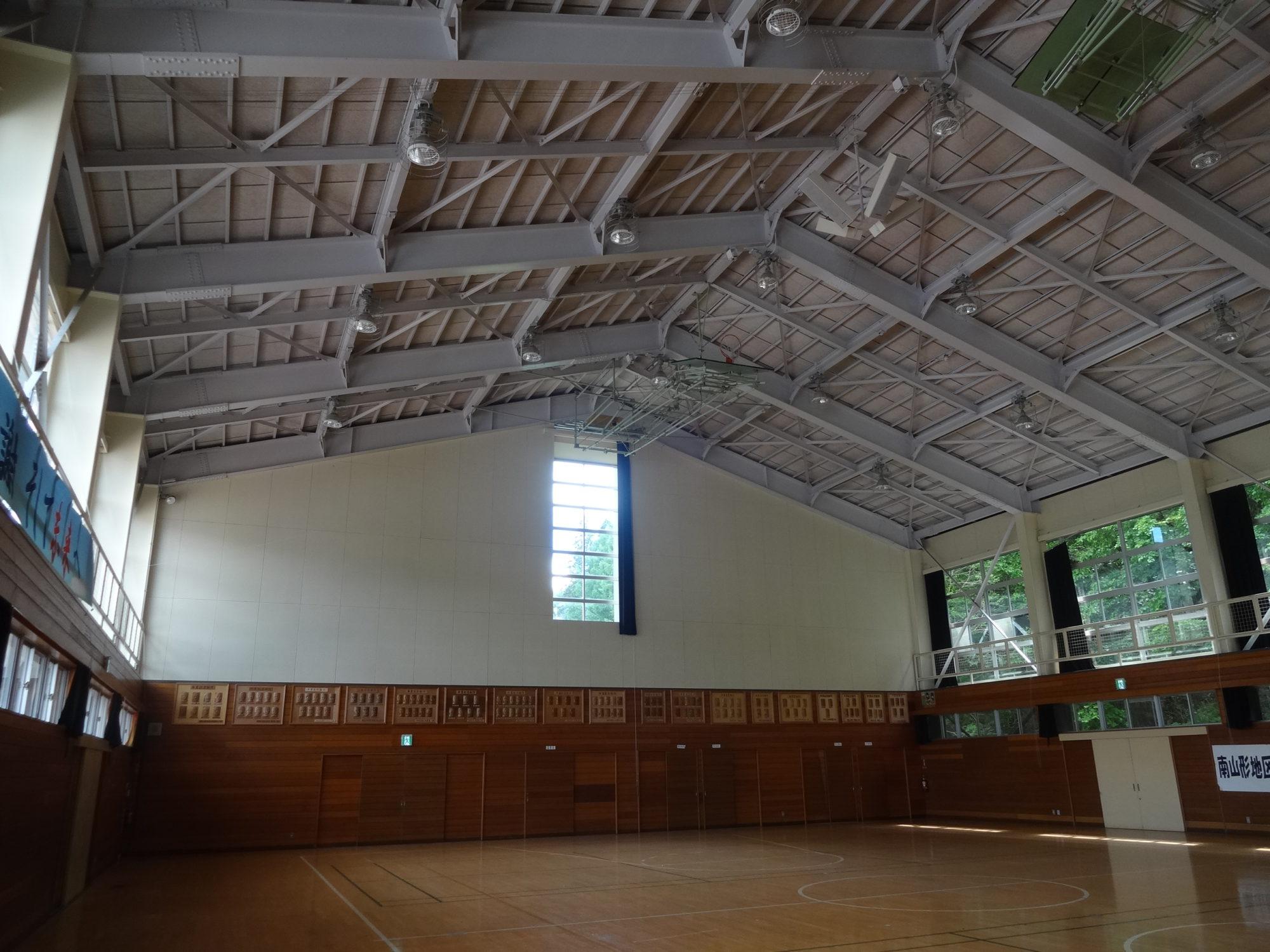南山形小学校-アリーナ